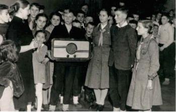 1958   Rada Zakładowa Elektrowni ofiarowuje szkole radio.