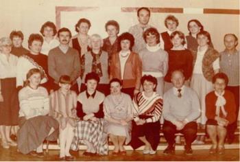 Siedzą od lewej: J. Kroczyńska, M. Pik ula, A. Mikuła, E. Ptak, A. Baran, A. Ku?nia, Z. Kadi, L. Lewicki, H. Osek, B. Wieszczek, S Kleczek, M. Piłat. M. Kowalczuk, W. Stój, M. Kurzepa, H. Pat erek, B. Piłat, S. Trojnar, J. Urbańska, M. Dąbek, R. Wiciński, A. Owak, B. Sypulska.