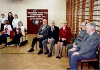 2001 Dyrektor szkoły J. Puskarczyk w towarzystwie członków AK